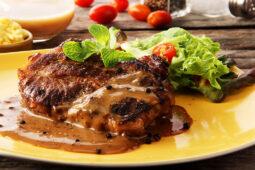 Маринованный стейк с соусом